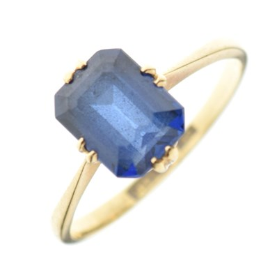 Lot 34 - '18ct' yellow metal and synthetic sapphire ring