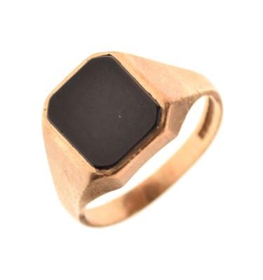 Lot 13 - 9ct gold onyx signet ring