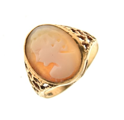 Lot 14 - Cameo ring