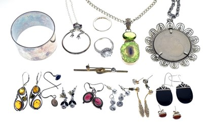 Lot 95 - Quantity of silver and white metal jewellery